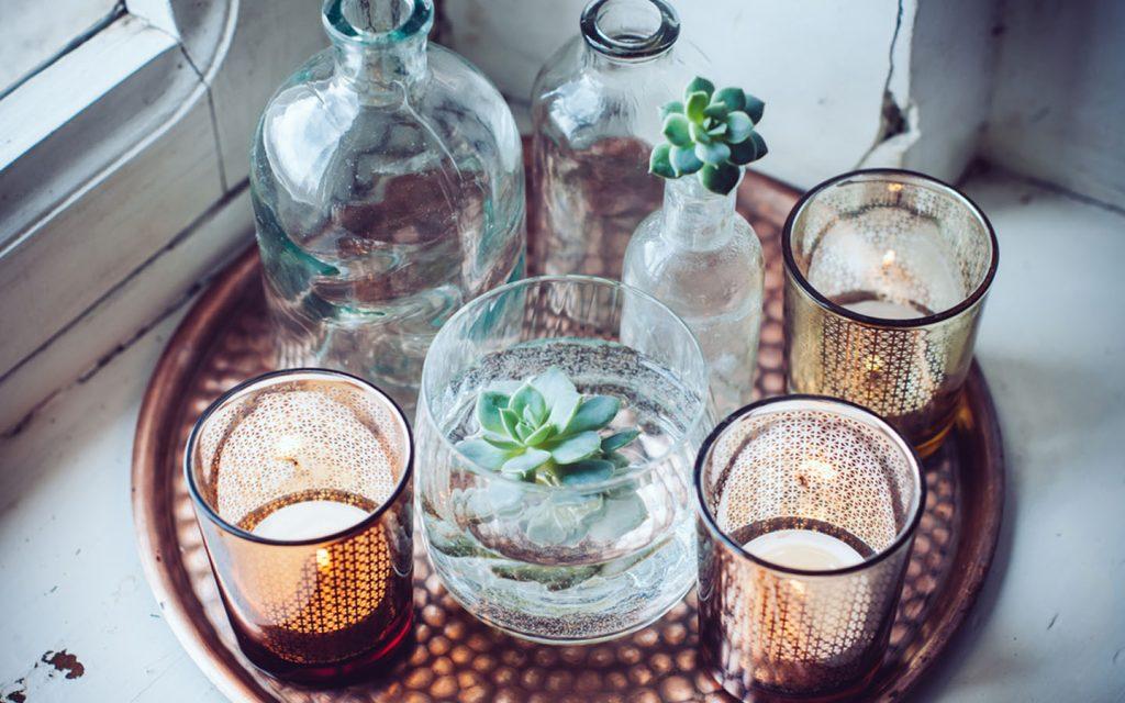 قطع زجاجية وشموع
