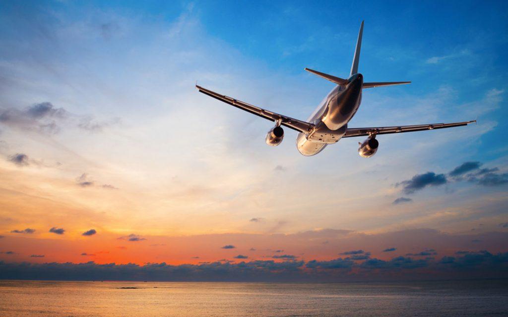 طائرة فوق بحر