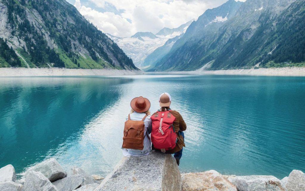 شخصين بجانب بحيرة