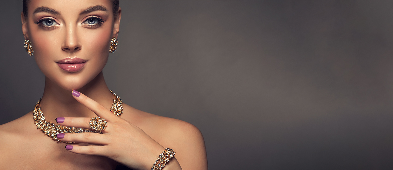 فتاة ترتدي مجوهرات