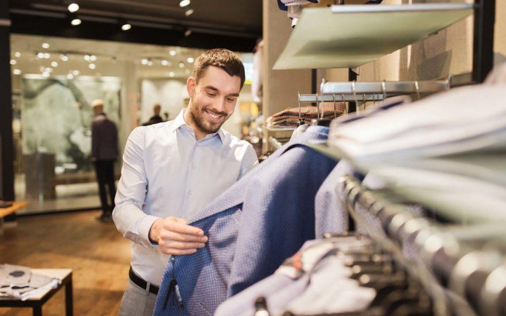 رجل في متجر ملابس