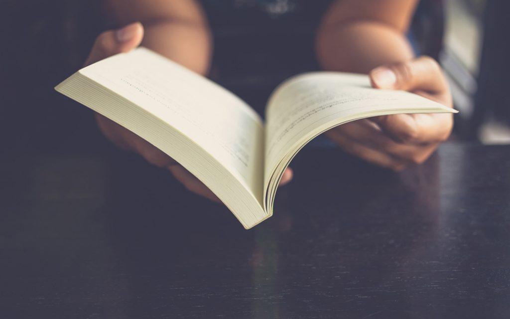 شخص يقرأ كتاب
