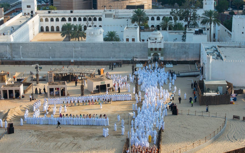 تجمع أفراد داخل ساحة قصر الحصن