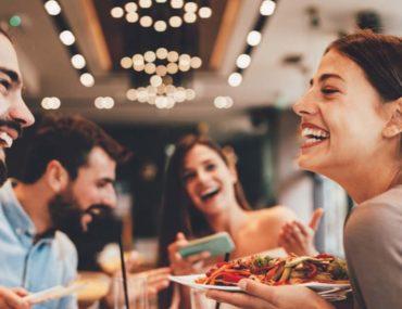 أشخاص في المطعم