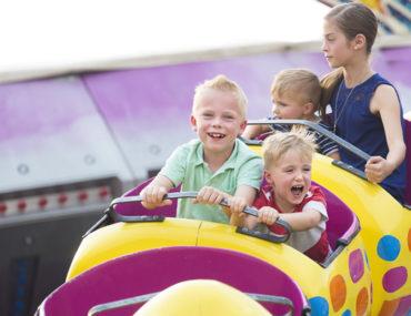 أطفال يركبون أفعوانية