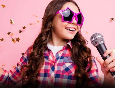 طفلة تغني