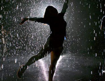 فتاة تحت المطر