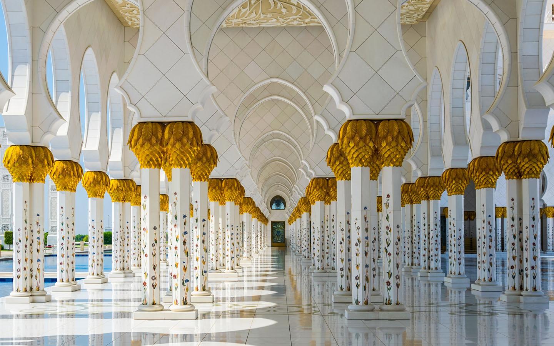 the mesmerising Sheikh Zayed Grand Mosque interior