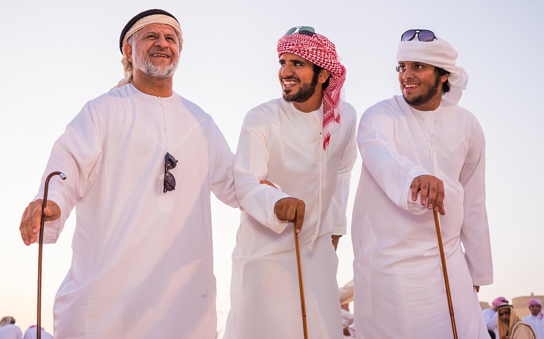 أشخاص يؤدون رقصة اليولة الاماراتية