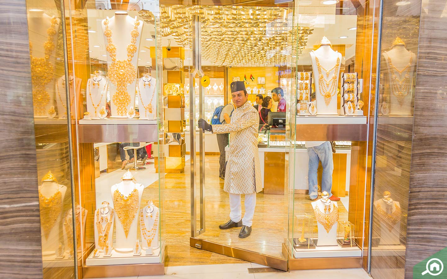 While living in Deira, you can buy a variety of gold, diamond and platinum pendants.