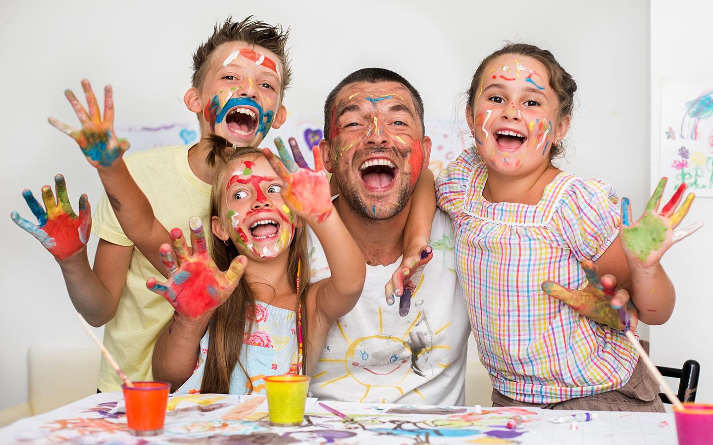 أطفال يلعبون بالألوان