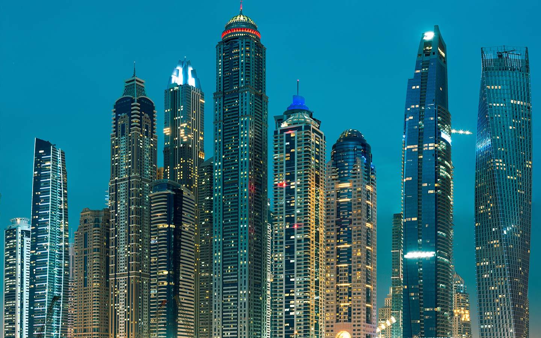 دبي مارينا كواحدة من أهم المواقع السياحية في دبي، بأبراجها الشاهقة وأنوارها المتلألئة