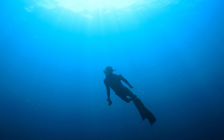 رجل تحت الماء