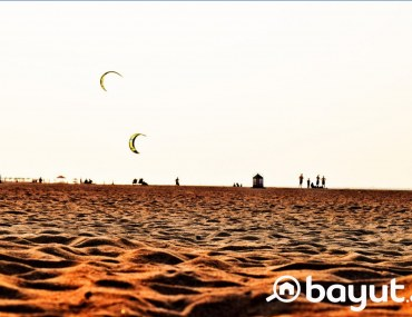 Kiters in action at the beautiful Kite Beach