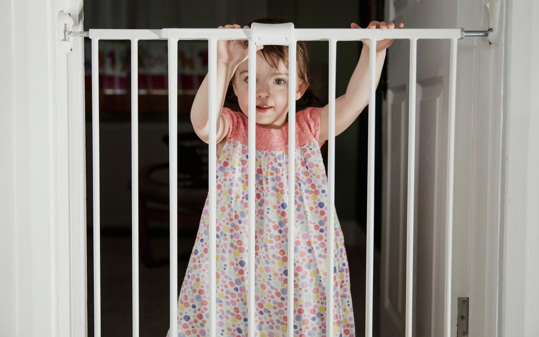 تثبيت أبواب السلامة على مخارج الغرف التي تعتبر آمنة للغبقاء على الأطفال داخلها