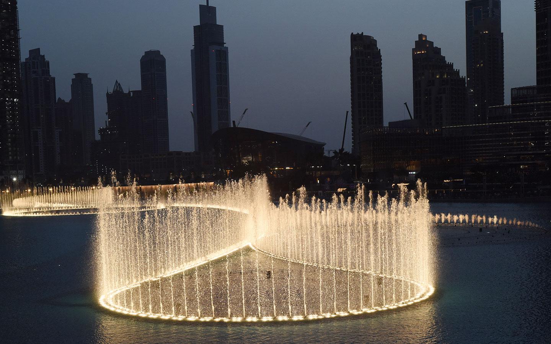 دبي مول، أكبر وجهة للتسوق في العالم. ينفرد بمعالم هامة مثل النافورة الراقصة