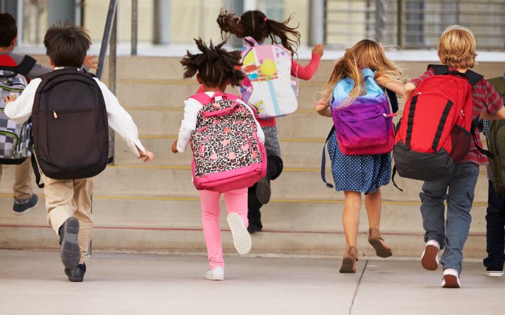 طلاب يدخلون الى المدرسة