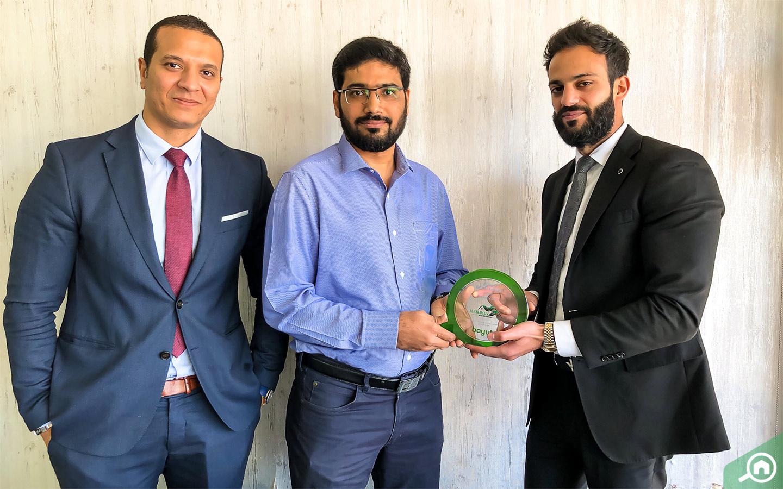 Muhammad Faisal Memon, CEO of Al Haramain Real Estate accepts award