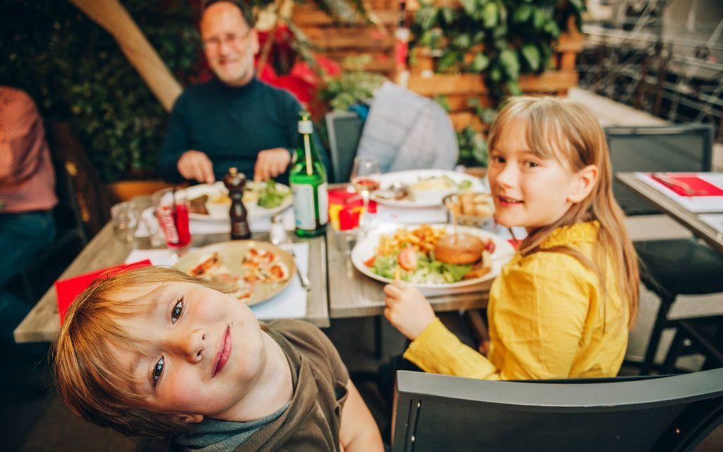 عائلة في مطعم
