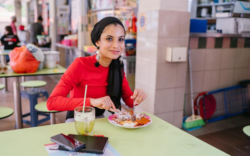 فتاة تتناول الطعام