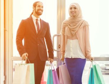 رجل وامرأة يتسوقان