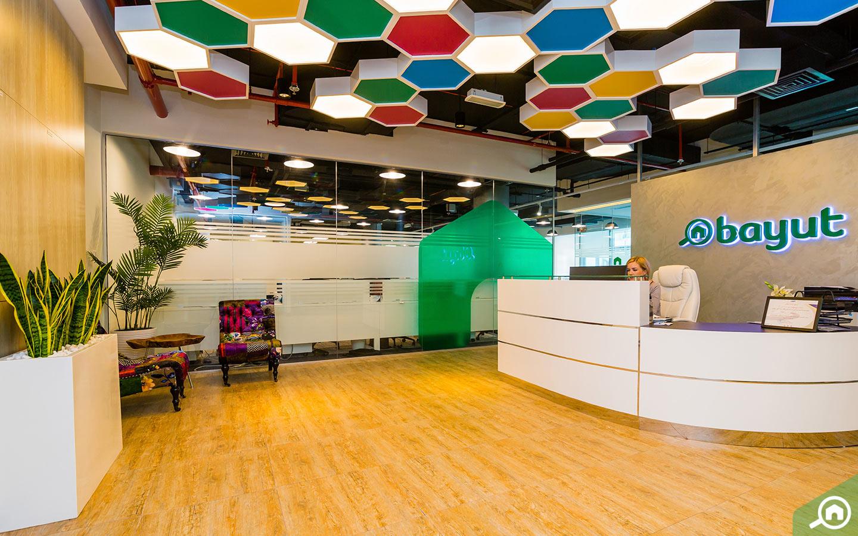 مكتب موقع بيوت.كوم العقاري الواقع في حي دبي للتصميم