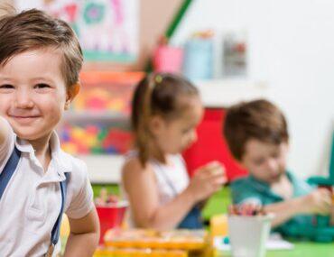 طفل سعيد في المدرسة