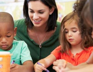 معلمة وأطفال