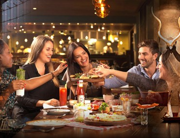 تناول وجبة رفقة الاصدقاء