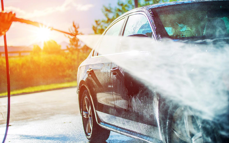 Jemand wäscht ein Auto