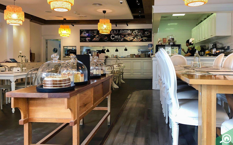 تجسد مقهى سيركال كافيه من خلال فكرة امرأتين إماراتيتين أرادتا الترويج لثقافة القراءة في دبي