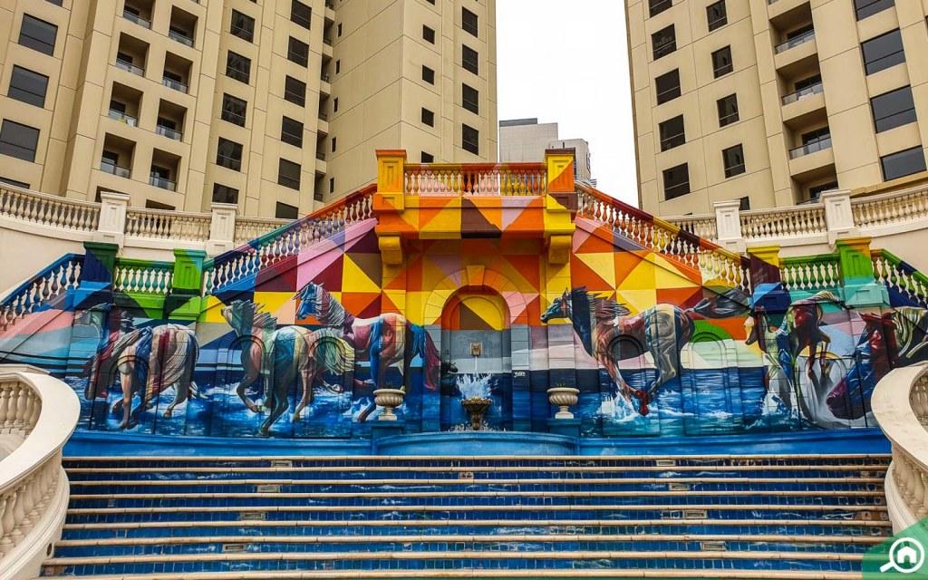 جدارية ملونة في ممشى جي بي ار