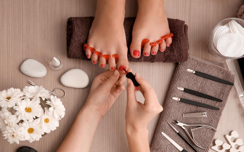 Colouring nails