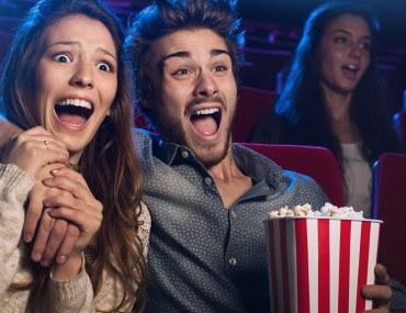 أشخاص يشاهدون السينما