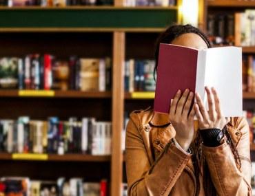 فتاة في مكتبة