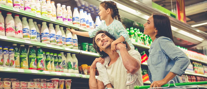 فتاه ووالدها في مركز تسوق