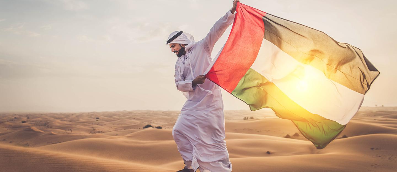 رجل يحمل علم دولة الامارات