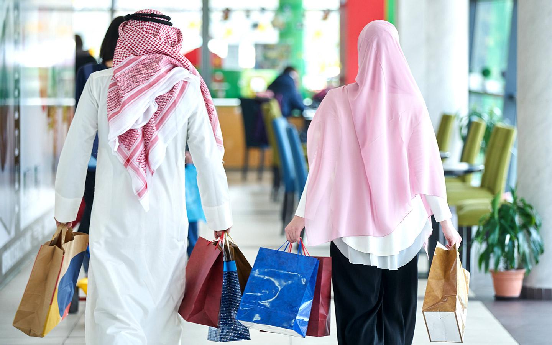 زوجان يتسوقان