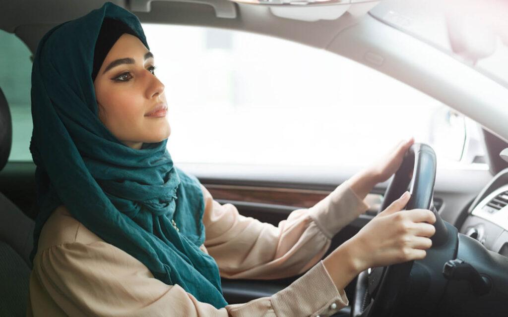 إمراة تقود سيارة