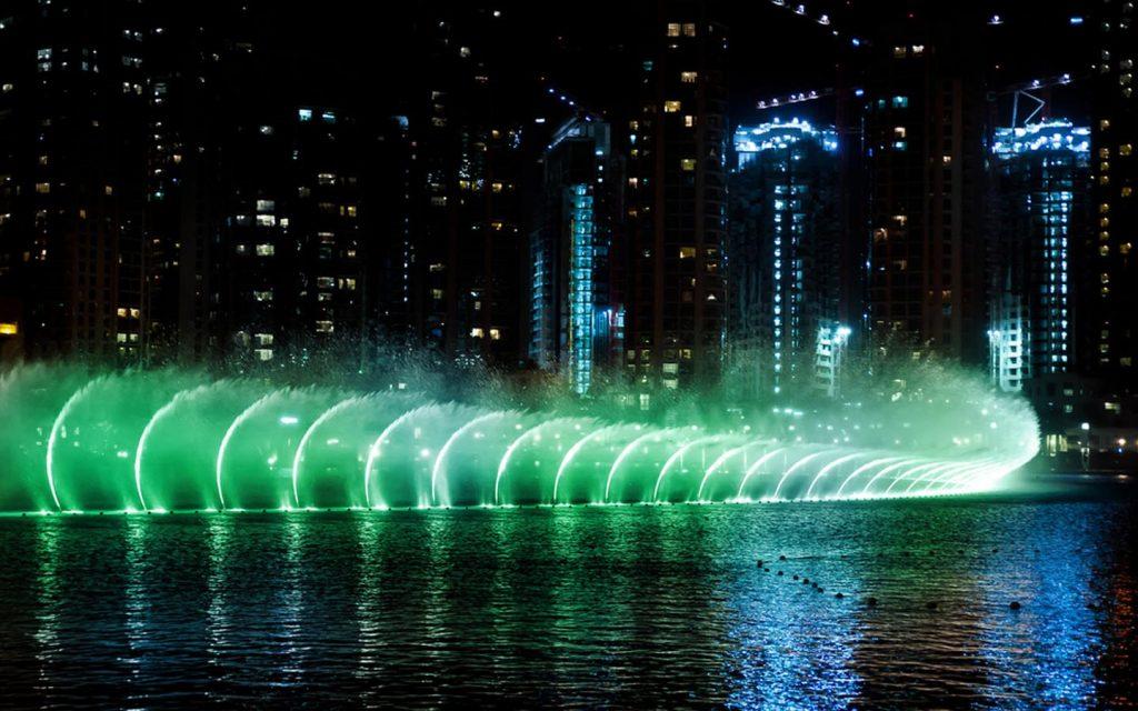 نافورة دبي باللون الأخضر