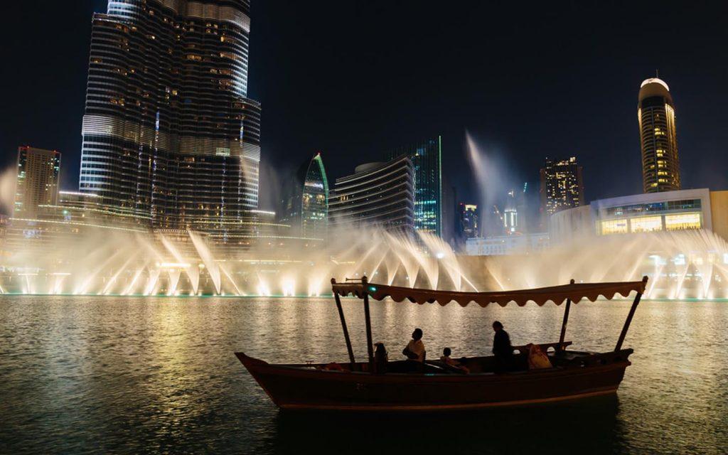 قارب بجانب نافورة دبي