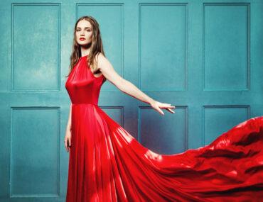 عارضة أزياء بفستان أحمر
