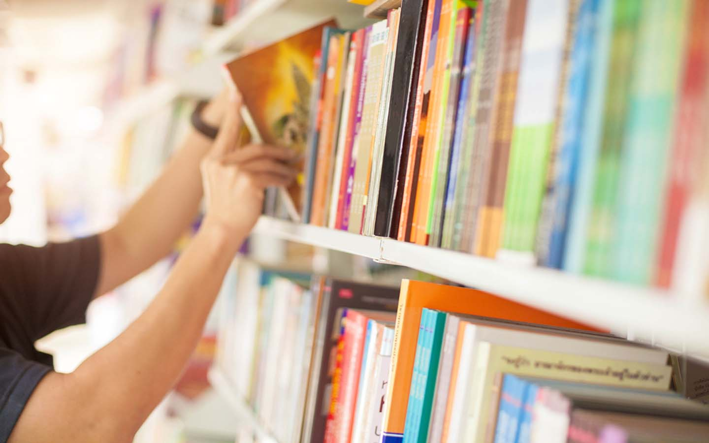 رفوف الكتب في المكتبة
