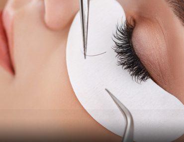 Woman getting an eyelash extension in Dubai
