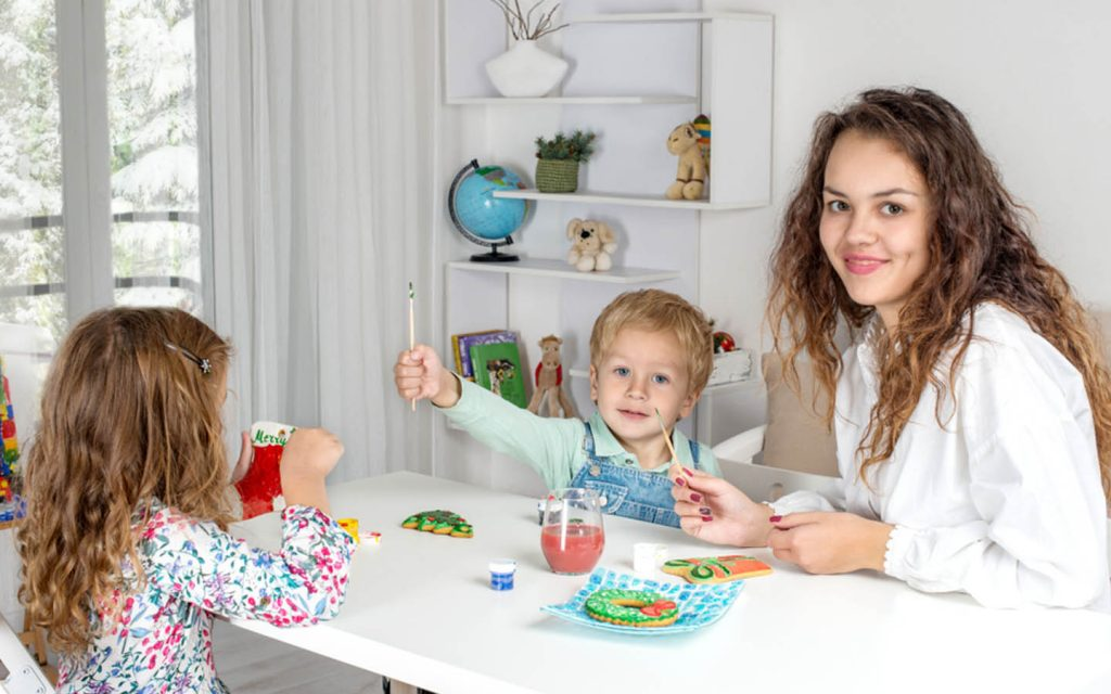 Part-time nanny in Abu Dhabi painting with kids