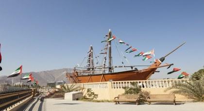 أعلام الإمارات على سفينة