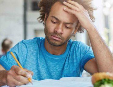 شاب يدرس