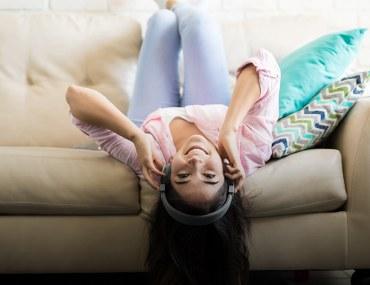فتاة تستمع للموسيقى