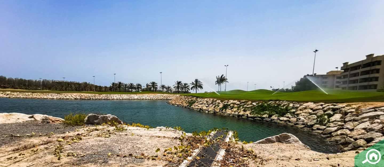 بحيرة ومساحات خضراء في قرية الحمراء