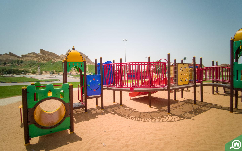 مجموعة من ألعاب الأطفال داخل الحديقة